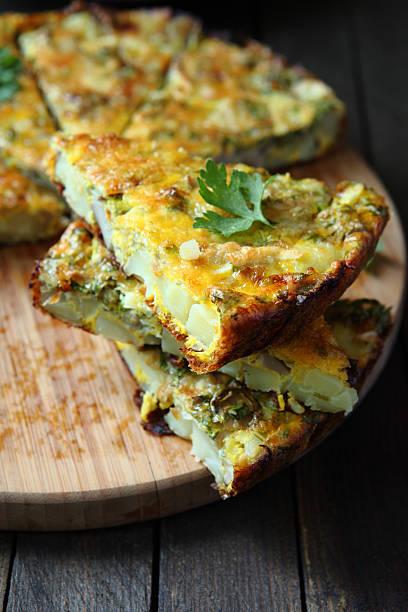 tortilla-stücke auf dem board - kartoffel frittata stock-fotos und bilder