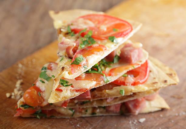 tortilla-pizza - fladenbrotpizza stock-fotos und bilder