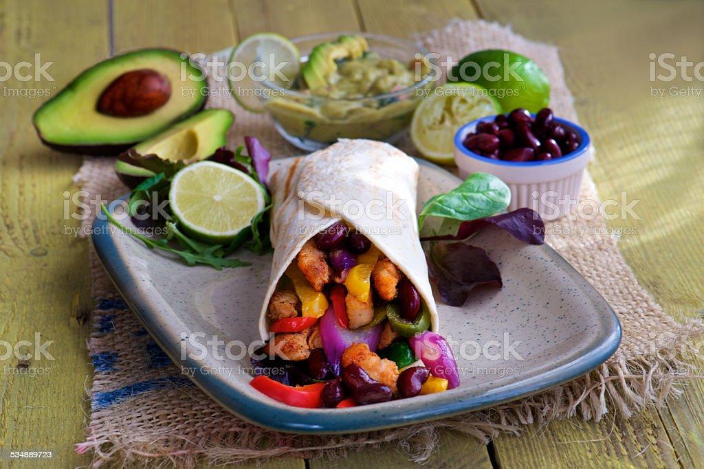 Tortilla-wrap mit Bohnen und avocado guacamole – Foto