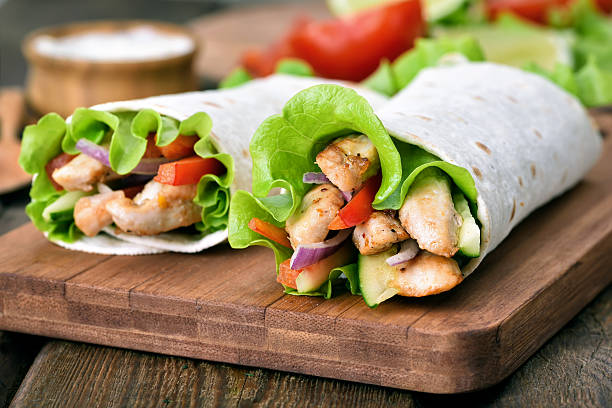 tortilla-wraps mit fleisch und gemüse - veggie wraps stock-fotos und bilder