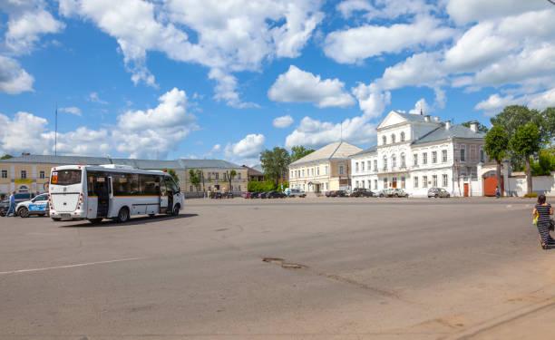 torzhok. platz 9. januar - bussystem haus stock-fotos und bilder