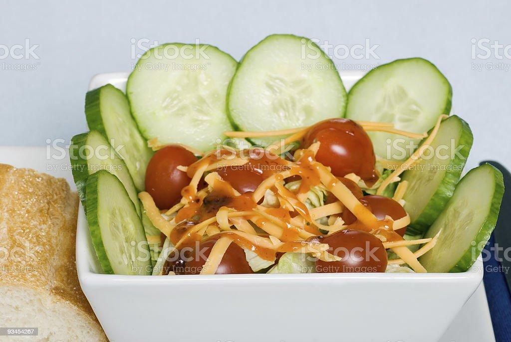 Salat mit cheddar-Käse und Anziehen Lizenzfreies stock-foto