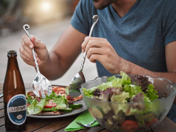 werfen den salat - bier gesund stock-fotos und bilder
