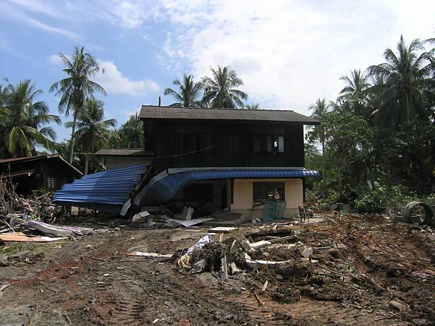 całkowite zniszczenie domu po katastrofy naturalne - burma home do zdjęcia i obrazy z banku zdjęć
