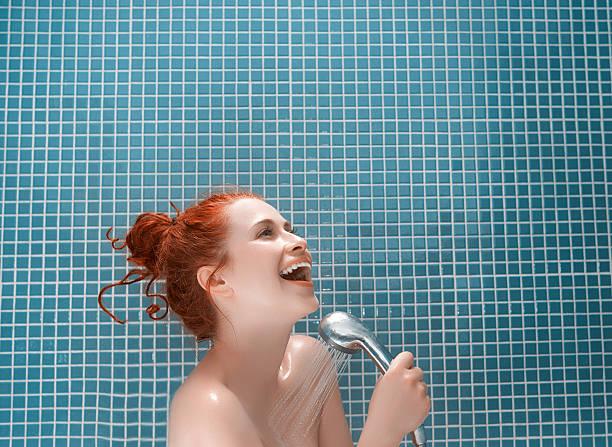 total relájese en la ducha - mujer en la ducha fotografías e imágenes de stock