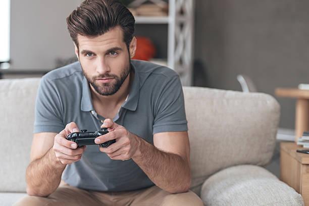 totalmente concentrado no seu jogo. - man joystick imagens e fotografias de stock