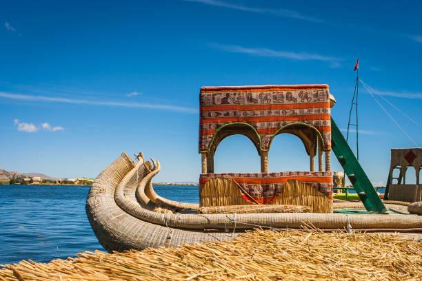 ウロス島、ペルーのチチカカ湖ではトトラ ボート - チチカカ湖 ストックフォトと画像