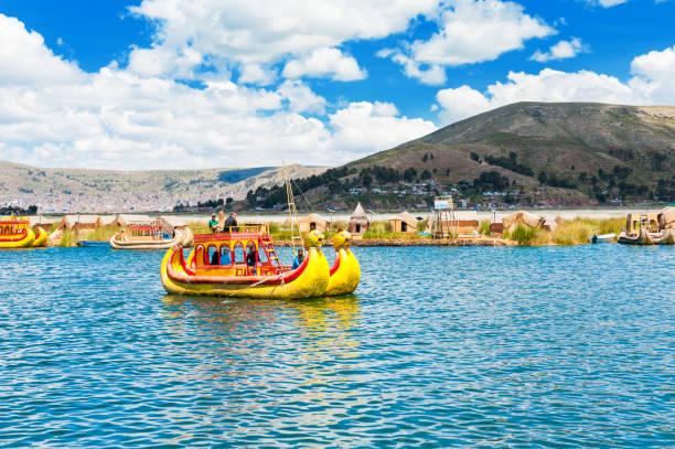 ペルーのチチカカ湖に浮島ウロス近くトトラ船 - チチカカ湖 ストックフォトと画像