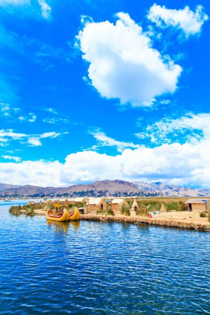 Puno, 페루 근처 Titicaca 호수에 토토 보트 스톡 사진