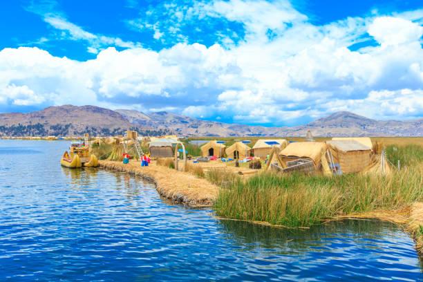 トトラ船近くプーノ、ペルーのチチカカ湖 - チチカカ湖 ストックフォトと画像