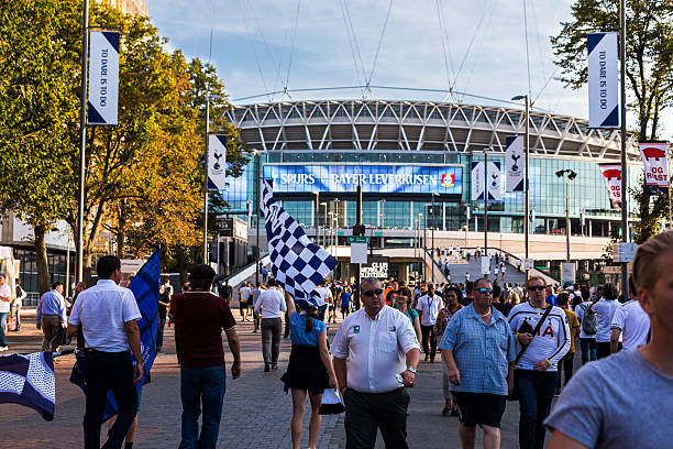 tottenham hotspur supporters outside wembley stadium, london, uk - fußball banner stock-fotos und bilder