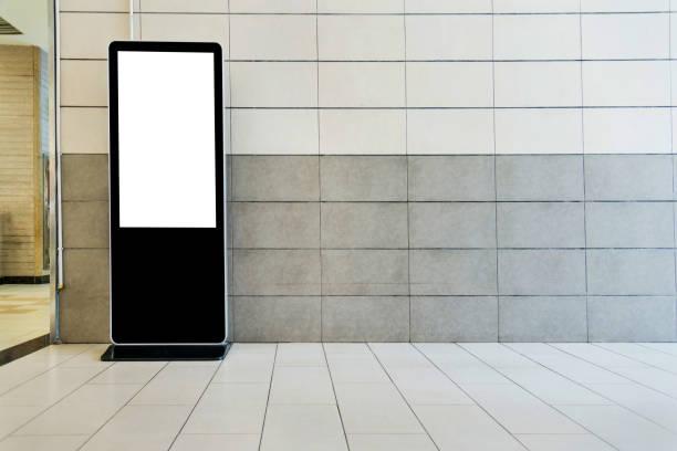 kiosque écran tactile dans le bâtiment public - écran tactile photos et images de collection