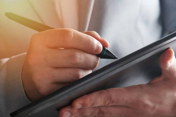 Touch-Stift in Mann Hand – Foto