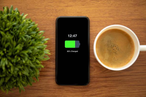 touchphone mit aufgeladener batterie auf dem bildschirm - sinnvolle wörter stock-fotos und bilder