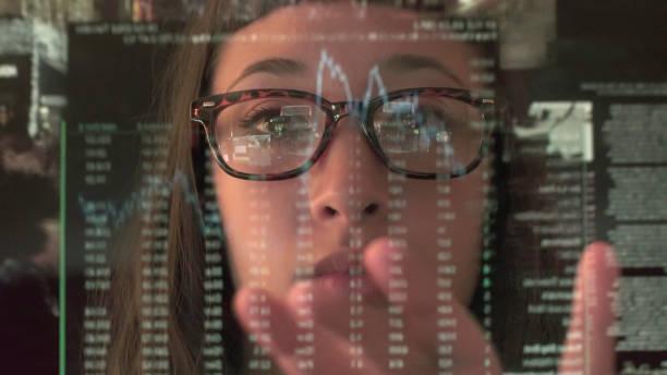 tippen sie auf bildschirm analysieren handel - soziologie stock-fotos und bilder