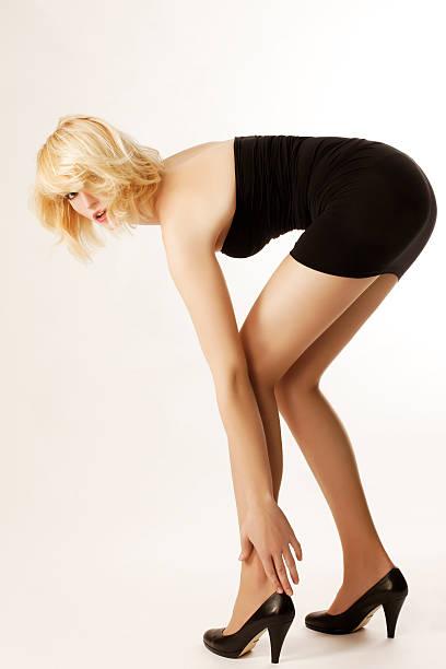 berühren ihre beine - damen rock braun stock-fotos und bilder