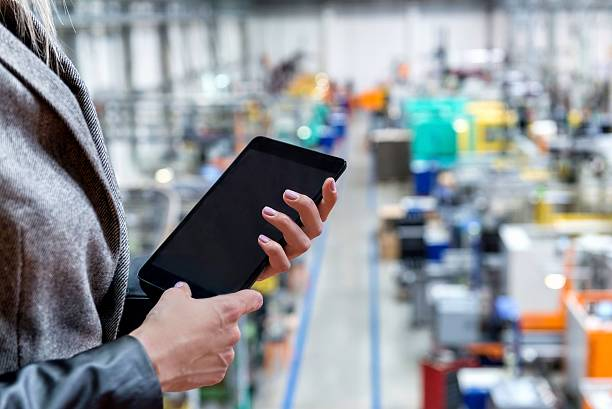 touchpad data in factory - tablet mit displayinhalt stock-fotos und bilder