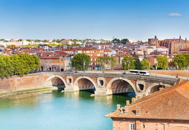 Toulouse und Pont Neuf Brücke über den Fluss Garonne – Foto