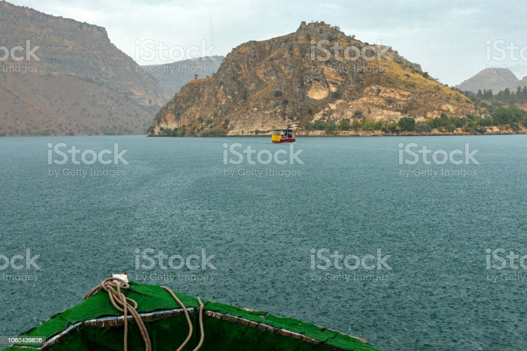 Tur Tekne boşanırcasına yağmur ile Halfeti, Türkiye stok fotoğrafı