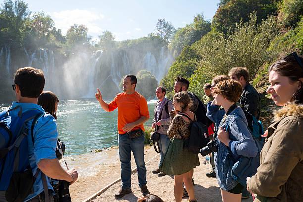 ツアーで kravice の滝ボスニア - 自然旅行 ストックフォトと画像