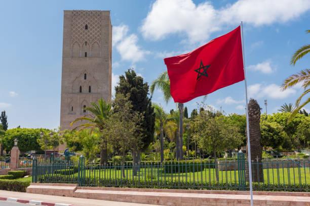 tour hassan och marockansk flagga, rabat, marocko - rabat marocko bildbanksfoton och bilder