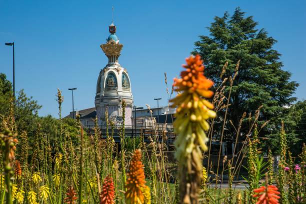 visite de lu à nantes par une journée d'été ensoleillée avec végétation verte et orange torche commune lilly fleurs - nantes photos et images de collection