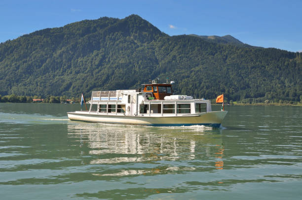 tour boat on lake tegernsee, ober-beieren, rottach-egern, duitsland - rondvaartboot stockfoto's en -beelden