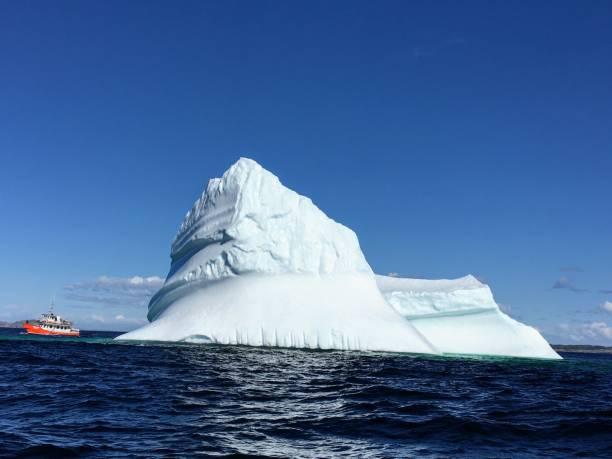 touring een ijsberg - rondvaartboot stockfoto's en -beelden