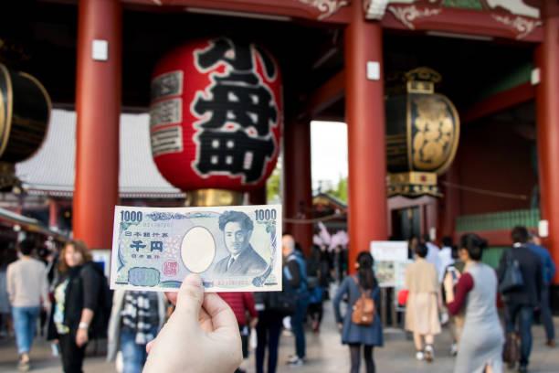 Touris hold 1000 japanese yen banknote with kaminarimon gate at picture id967750918?b=1&k=6&m=967750918&s=612x612&w=0&h=lqccvwmb7pgcaxgyv9my2tdfnio2t9uebemgg wye5u=