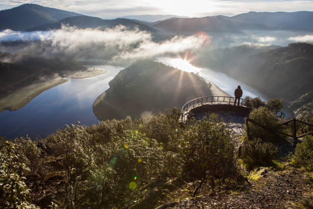 Tourism looks at Alagon River Meander with sunrise in the morning alone, Spain – Foto