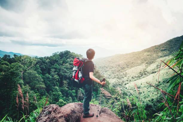turístico y viajero hombre con mochila la montaña en el bosque - boy scout fotografías e imágenes de stock