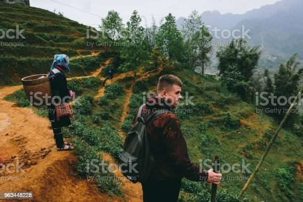 Turysta Ijong Kobieta Tarasy Ryżowe Sa Pa Wietnam - zdjęcia stockowe i więcej obrazów Azja