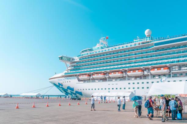 El turista está abordando el crucero princesa Diamond en el puerto de Sakata; Japón. - foto de stock