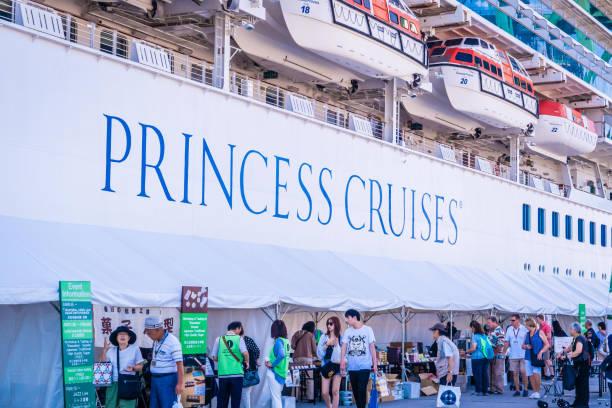 El turista está abordando el crucero princesa Diamond en el puerto de Takamatsu, Japón. - foto de stock