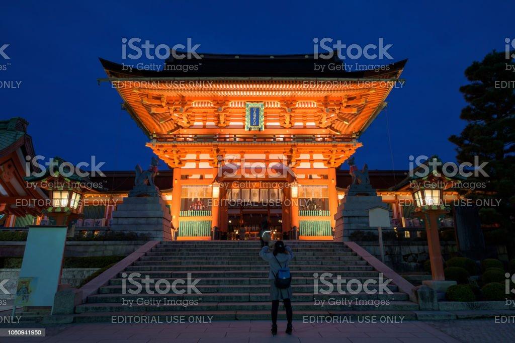 Tourist am Fushimi Inari Schrein, Kyoto – Foto