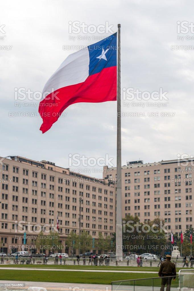 Turista na Plaza de la cidadania (Praça da cidadania), no centro de Santiago, Chile. - foto de acervo