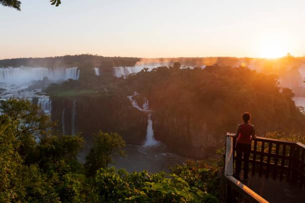 Tourist bei Sonnenuntergang bei Iguazu Falls, Brasilien – Foto