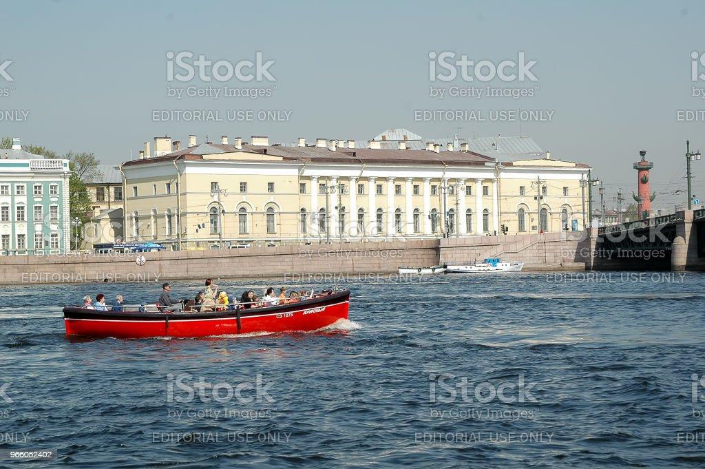 Touristenboot schwimmt auf der Newa. St. Petersburg - Lizenzfrei Alt Stock-Foto
