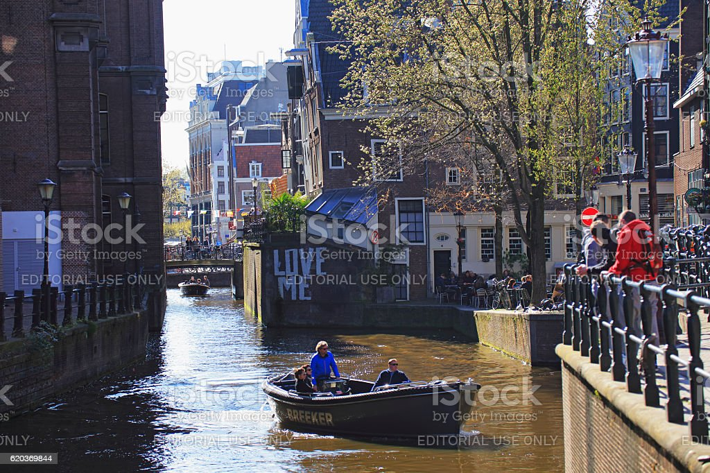 Tourist boat in Amsterdam canal, Netherlands foto de stock royalty-free