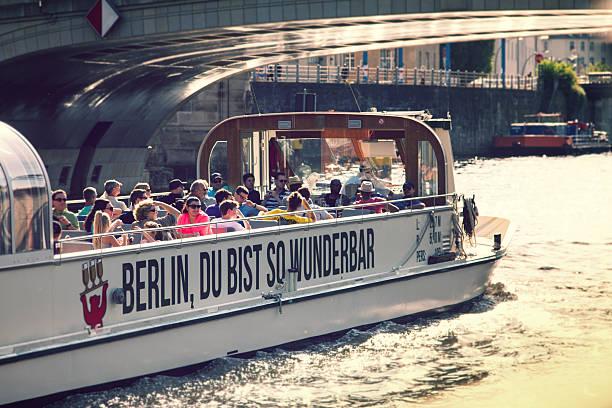 tourist boot auf der spree in berlin. - brücke museum berlin stock-fotos und bilder