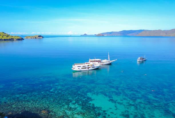 Touristenboote auf Gili lawa Insel mit einem klaren blauen Meer, Flores, Indonesien . – Foto
