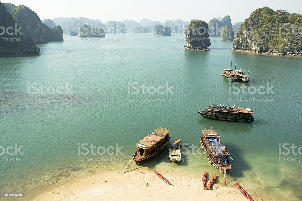 Turista barcos en la Bahía de Halong, Vietnam - foto de stock