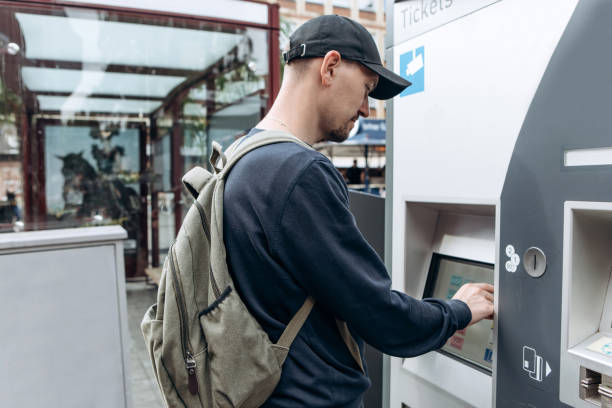 tourist kauft tickets in einem modernen straßenautomat. - nrw ticket stock-fotos und bilder