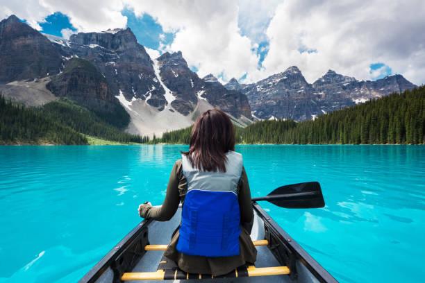 toeristische kanoën op moraine lake, nationaal park banff, alberta, canada - lake louise stockfoto's en -beelden