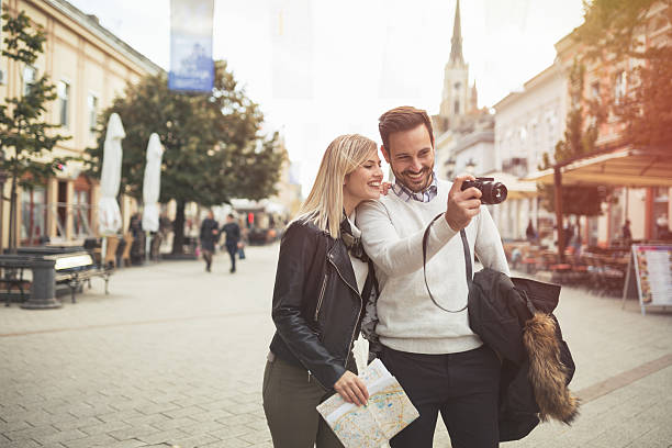Tourist couple enjoying sightseeing - foto stock
