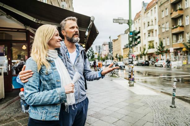 Touristen-paar Straßen eine neue Stadt erkunden – Foto