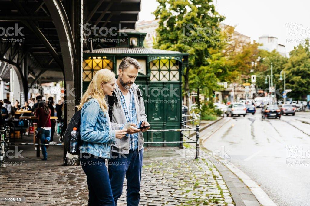 Touristen-paar finden ihre Lager In Neustadt – Foto