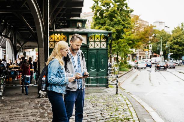 touristen-paar finden ihre lager in neustadt - stoffe berlin stock-fotos und bilder
