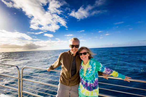 toeristische paar in cruise schip boottocht - rondvaartboot stockfoto's en -beelden