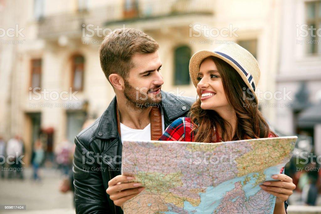 Pareja de turistas en el amor viajando en la ciudad con el mapa. - Foto de stock de Actividad de fin de semana libre de derechos